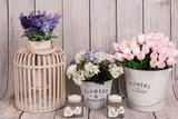 Tulipanes, farol con flores de lavanda y velas. - 164044167