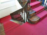 ahşap merdivenler, kırmızı halı