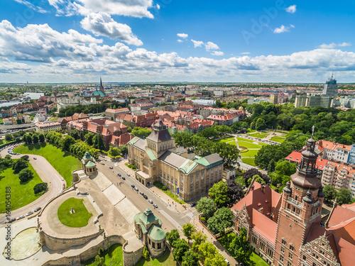 Fototapety, obrazy : Szczecin z lotu ptaka. Stare miasto i Wały Chrobrego. Krajobraz miasta z błękitnym niebem.