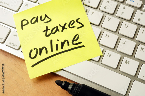 Memo stick with words pay taxes online.