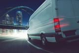 Lieferwagen transportiert abends