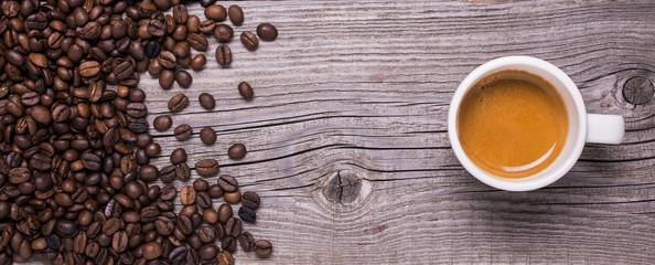 tazzina di caffè espresso su fondo legno © luigi giordano