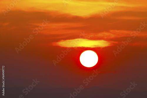 Fotobehang Rood traf. el sol al atardecer