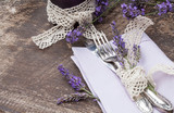 Fototapety Silberbesteck auf altem Holztisch mit Lavendel, Makro