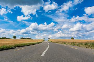 Strasse - Hautpstrasse mit schönem blauem Himmel mit Wolken