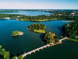 Aerial Jezioro krajobraz z mostem i wyspy