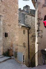 Via nel centro storico di Moustiers Sainte-Marie in Provenza, Francia