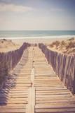 Weg auf Holzbrettern zum Strand, Rollweg - 164403348