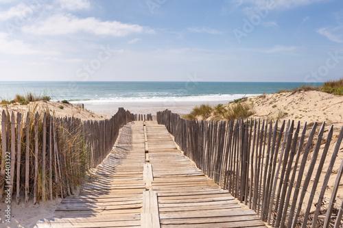 canvas print picture Holzweg, Weg auf Holzbrettern durch die Dünen zum Strand, Meer