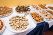 Panoramica  del tavolo buffet salato imbandito visto dall'alto in una cerimonia