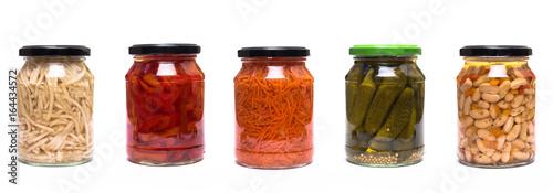 Foto op Plexiglas Verse groenten Glaskonserven Sellerie, Paprika, Karotten, Bohnen und saure Gurken