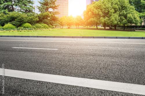 Foto op Plexiglas Zwavel geel asphalt road and modern buildings in Shanghai,China