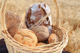 frisch gebackenes Brot und Brötchen - 164476140