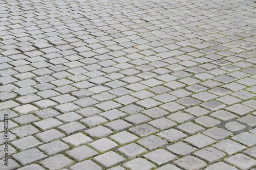 quadratische graue Pflastersteine