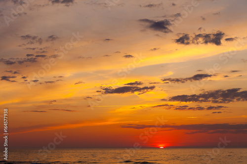Foto op Plexiglas Oranje eclat Idyllic shot of sunset by the sea