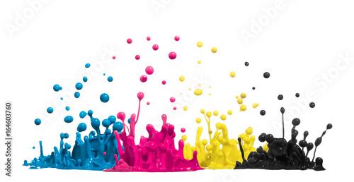 Krople farby CMYK lub atramentu jako symbol cyjan, magenta, żółty i czarny w tuszu drukarskim w druku
