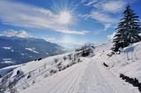 route enneigée en montagne sous soleil rayonnant
