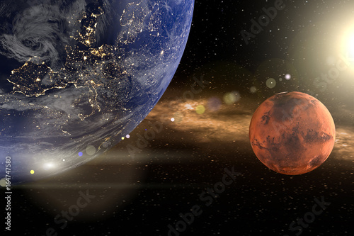 Blutmond oder Mars. Die Erde links oben, ein roter Planet rechts Mitte. Die Sonne rechts oben mit lensflare. Erstellt in 3d. Texturen der NASA