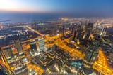 Panorama Dubaju z Buj Khalifa w niebieskiej godzinie