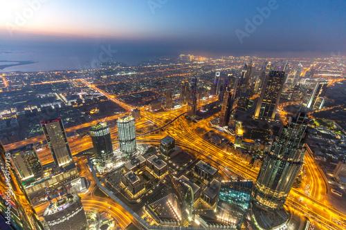 Dubai Skyline vom Buj Khalifa bei blauer Stunde