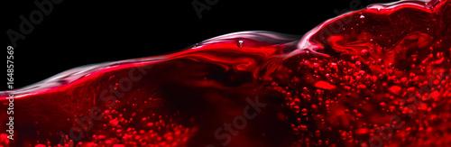 Czerwone wino odizolowywający na czarnym tle