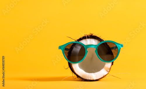 Świeży koks jest ubranym okulary przeciwsłonecznych na jaskrawym żółtym tle