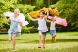 Kinder mit Tüchern im Wind fühlen sich frei - 164874500