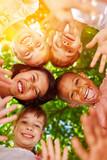 Kindergarten Gruppe Kinder steckt Köpfe zusammen - 164874537