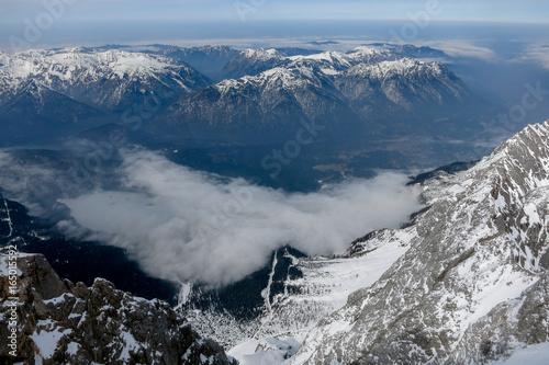 Staande foto Nachtblauw Sicht von Zugspitze ins Tal