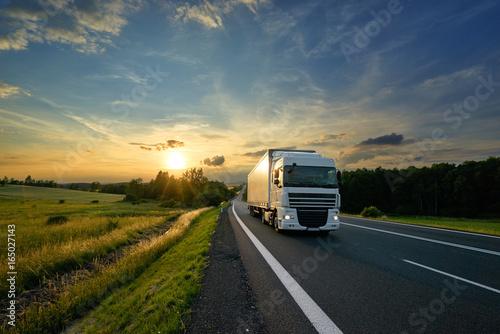 bielu-ciezarowy-jezdzenie-na-asfaltowej-drodze-w-wiejskim-krajobrazie