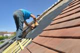 couvreur sur un toit pour rénovation toiture  - 165081702