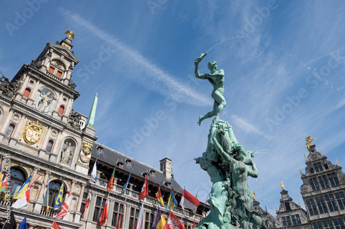 Foto op Aluminium Antwerpen Statue of Silvius Brabo on the main square of Antwerp