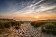 Weg zum Strand im Sonnenuntergang