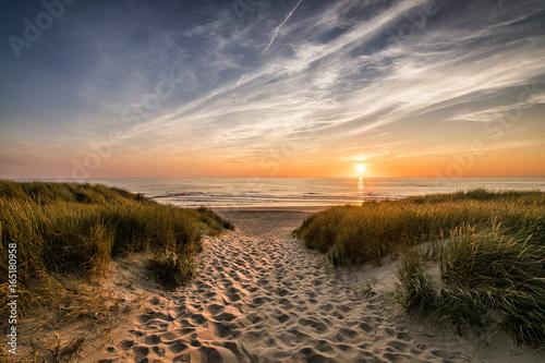 Weg zum Strand im Sonnenuntergang - 165180958