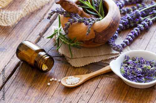 Globuli mit Lavendel - 165263561