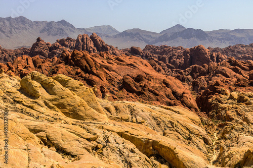 In de dag Oranje eclat Valley of Fire State Park with 40,000 acres of bright red Aztec sandstone outcrops nestled in gray and tan limestone I