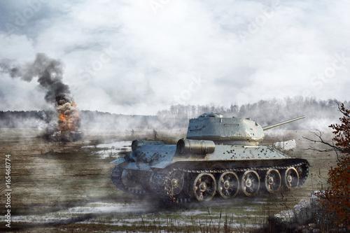 Radziecki czołg przechodzi przez bagno w tle płonącego czołgu
