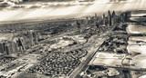 Dubai Downtown z powietrza. Ocean, domy i drapacze chmur o zachodzie słońca