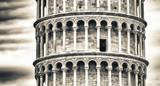 Wieża Pisa od starożytnych murów miejskich