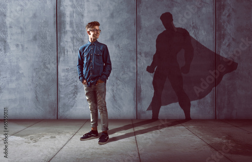 Fototapeta Kind mit Schatten in Heldenform