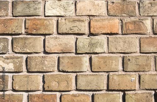 Mauer aus gelben Ziegelsteinen