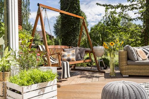 Domowe patio z huśtawką ogrodową