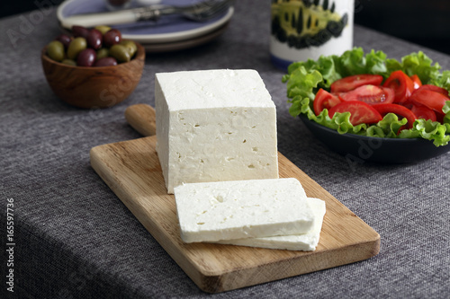 formaggio bianco su tavolo grigio Poster