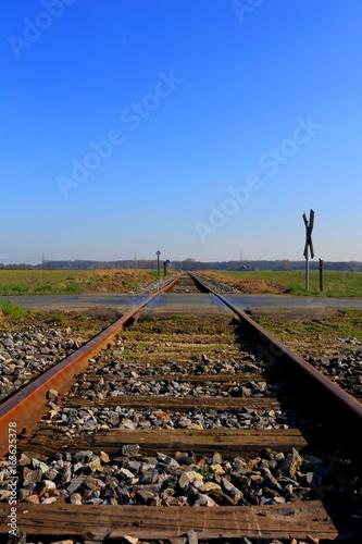 Bahnschine zum blauen Himmel