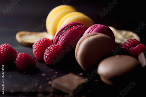 Spoed canvasdoek 2cm dik Macarons Group of colorful macarons with their ingredients over a wooden table