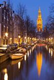 Kościół i kanał w Amsterdamie w nocy