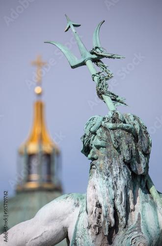Deurstickers Berlijn ein Detail vom Neptunbrunnen in Berlin ( Deutschland ), im Hintergrund ist der Berliner Dom zu sehen
