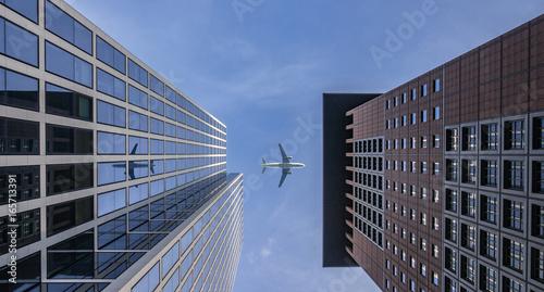 Flugzeug zwischen Wolkenkratzern