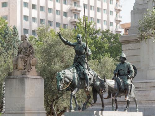 Bronzestatuen von Don Quijote und Sancho Pansa am Plaza de Espana in Madrid