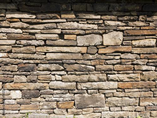 Eine schöne Bruchsteinmauer von einer Scheune